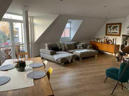 Gepflegte 3,5-Zimmer-Dachgeschosswohnung mit Balkon und EBK in Hanhofen