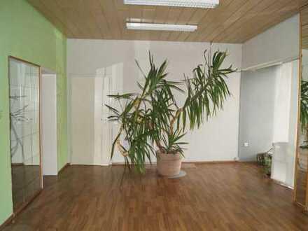 2 Helle Büroräume mit 3 Stellplätzen, zentrale Lage ab sofort zu vermieten!