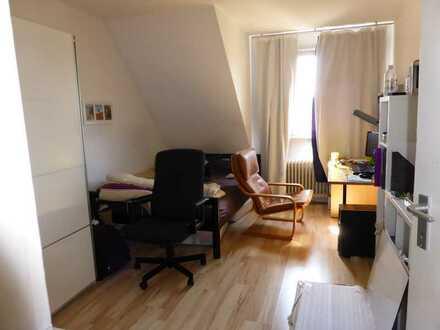 Helle, renovierte Dachgeschosswohnung mit drei Zimmern und EBK in Dortmund