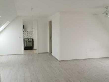 Wunderschöne 1 Zimmer Wohnung mit Küche und Bad im Dachgeschoss