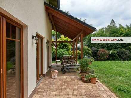 IMMOBERLIN: Hochwertiger Bungalow mit Landhausambiente & Gartenidylle