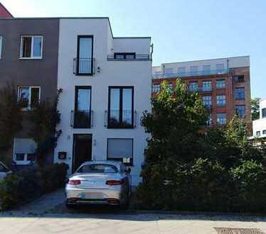 Schönes Haus mit sechs Zimmern in Berlin, Hohenschönhausen