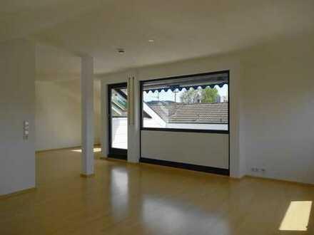 Sehr helle und offene 2,5 Zi. DG-Wohnung mit großem Balkon und Einzelgarage in Warmbronn