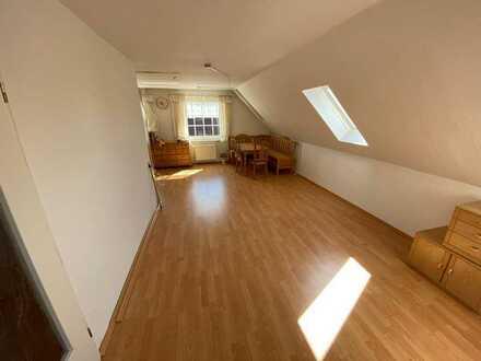 Helle, geräumige Dachgeschosswohnung mit 2,5 Zimmern und Einbauküche in Hage