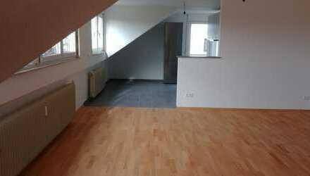 Ohne Makler: Vollständig renovierte 3-Zimmer-Dachgeschosswohnung mit Balkon und EBK in Darmstadt