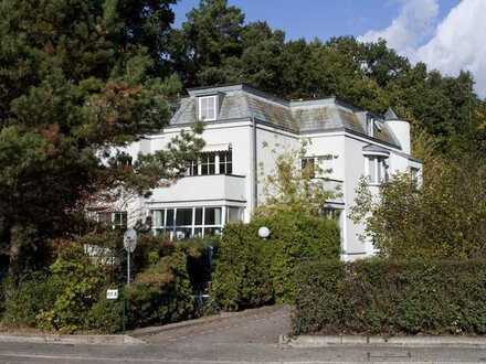 Idyllisch gelegene Stadtvilla - Wohnen über 2 Etagen 1. OG und DG.