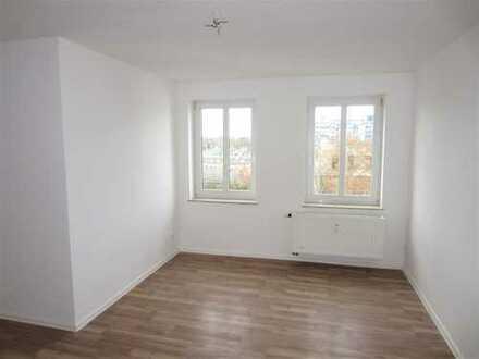 // FRISCH SANIERT - 4 Zimmer - Balkon - Tageslichtbad - neue EBK möglich //