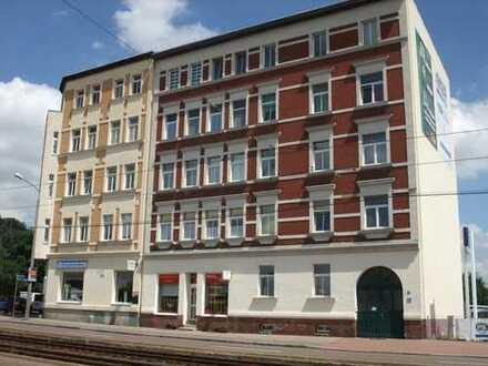 Helle 2,5 Raum Wohnung große Wohnküche mit neuer Einbauküche und Bad mit Fenster