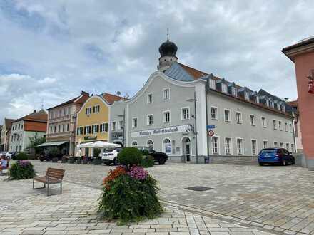 Direkt am Stadtplatz: Renovierte Wohnung in historischem Gebäude
