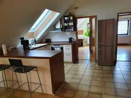 Tolle DG. Wohnung mit viel Flair. 3 Zimmer mit Südbalkon und PKW-Abstellplatz LESEN...