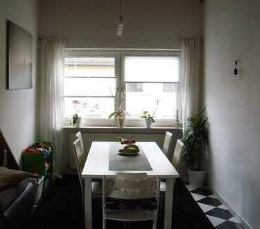 Gepflegte Dachgeschosswohnung mit drei Zimmern sowie Balkon und Einbauküche in Alzey-Worms (Kreis)