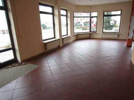 Insgesamt 140m² Modernisiert mit Wohnmöglichkeit, ideal für Praxis, Bäckereiverkauf, Büro, etc.