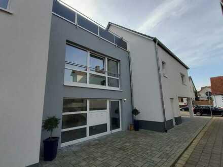 Neuwertige 4-Zimmer-Maisonette-Wohnung mit Dachterrasse in Karlsdorf-Neuthard