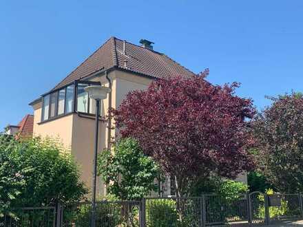 Freistehende Stadtvilla mit großem Garten, Doppelgarage, Pool, Sauna und Dampfbad zu vermieten