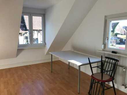 Helles Zimmer in geräumiger 3er Altbau-WG