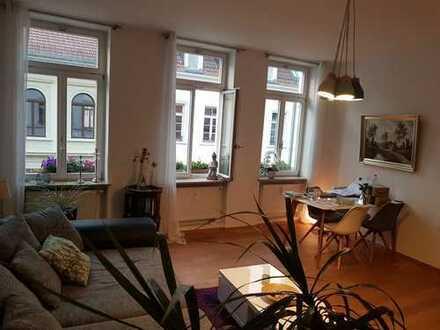 Zum 01.12.2018: Exklusive, kernsanierte 3-Zimmer-Altbauwohnung mit Balkon u. EBK in der Altstadt
