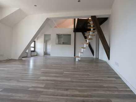 Schöne, vollständig renovierte 2,5-Zimmer-DG-Wohnung über zwei Ebenen