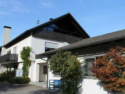 Großzügig geschnittenes Wohngebäude mit angeschlossenem Büro- bzw. Praxisgebäude.