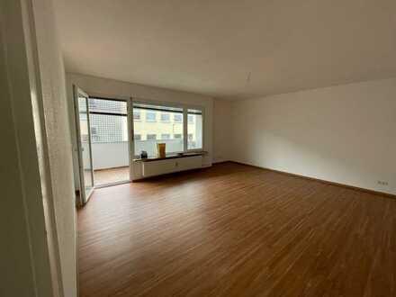 Sonnige, große 3 Zi Wohnung mit Balkon saniert für 1-2 Personen