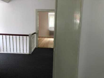 3 Zimmer in Dachgeschoss mit eigenem Bad in 11-Zimmer Villa mit Garten, Berufstätigen-WG