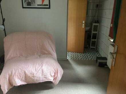 3er-WG sucht MitbewohnerIn - Altbau, 16-qm-Zimmer