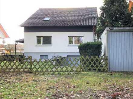 Freistehendes, großzügiges Einfamilienhaus mit sonnigem Garten, 2 Garagen in ruhiger Waldrandlage