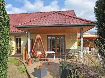 Bungalow mit Vollbad, Fußbodenheizung, S-W-Terrasse, ca. 630 m² Grundstück und 65 m² Ausbaureserve