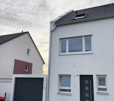 Neubau - Erstbezug einer gehobenen Doppelhaushälfte inkl. Einbauküche & Garage am Main-Donau-Kanal