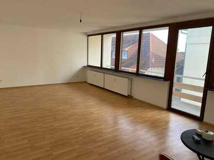 Sehr schöne helle Wohnung mit 2 Balkone in Zentrale Lage