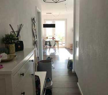Neuwertige 2,5 Zimmer-Wohnung mit Balkon und Garten