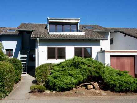 Wohnen wie im Einfamilienhaus - Renovierte, helle Wohnung auf 2 Ebenen in ruhiger Lage mit Garten