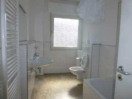 Komplett sanierte Etagenwohnung mit großem Wohnbereich über Eck in stilvollem Altbau!