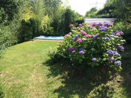 Schön geschnittenes Wochenendgrundstück - Garten mit Haus und eingelassenem Swimming Pool