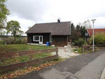 Zwei Familienhaus mit großer Wohnfläche in angenehmer Wohngegend sofort frei.