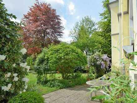 Atmosphärische Liebhaberei :-) 150 m² Wohnung mit Garten und Garage in restaurierter Villa