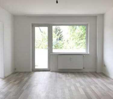 FRISCH SANIERT-Helle 3-Zimmer-Wohnung im Erdgeschoss! LAMINAT, BALKON, NEUES MODERNES BAD!