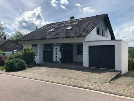 Wohnen und Arbeiten: Alleinstehendes Einfamilienhaus mit Einliegerwohnung in Stupferich, Karlsruhe