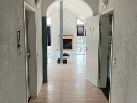 Gepflegte 4-Raum-DG-Wohnung mit 2 Balkonen, Einbauküche, Kamin und Stellplatz in Gemmrigheim
