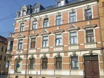 Schöne DG-Wohnung mit Balkon (straßenabgewandt), Tageslicht-Bad und interessanter Tageslichtküche