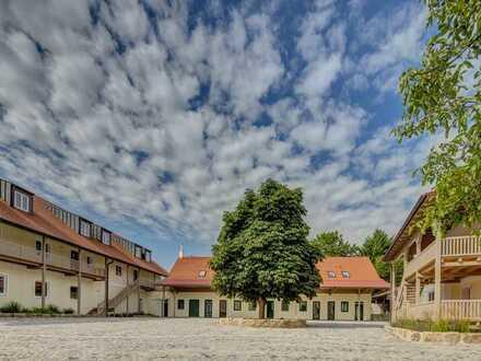Wohnen für Anspruchsvolle: 4-Zi. Wohnung m. 2 Balkonen in voll saniertem Gutshof in idyllischer Lage