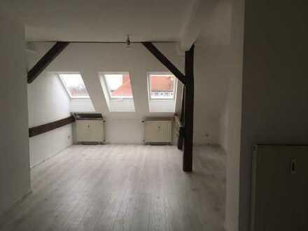 Schöne 2,5 Zimmer Dachgeschosswohnung mit Einbauküche in Brandenburg