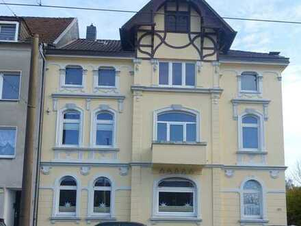 Hinter stilvoller Fassade ! Großzügige 3-4 Raum Altbau-Wohnung, EBK, Balkon, Garten und Stellplatz.