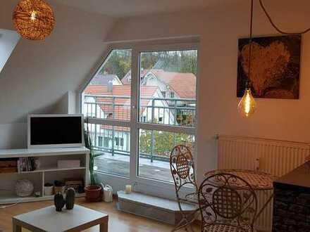 Frei zum 01.01.2021- Schicke 2 Zimmer- DG-Wohnung mit Balkon, EBK, Kellerraum u. TG-Stellplatz.