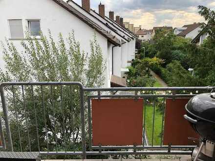 Wunderschöne 3 ZKB mit Einbauküche und großem Balkon in ruhiger Lage.