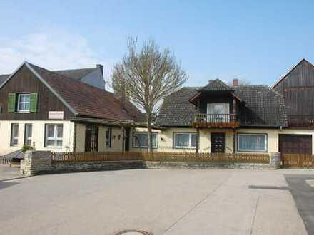 Einfamilienwohnhaus mit Nebengebäude geeignet für ein Gewerbe in Schierling (Landkreis Regensburg)