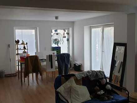 Helle 1-Zimmer-Eigentumswohnung mit großer Terrasse und PKW-Stellplatz