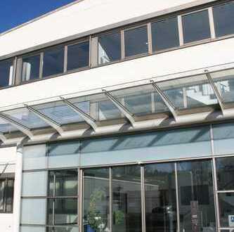 Moderne und helle Industriehallen mit Büros