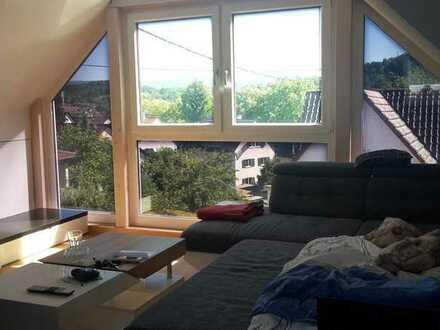 Sehr helles und schönes Zimmer mit großer Fensterfront und weitem Ausblick, im Dachgeschoß mit einem
