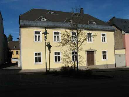 Neuwertige 2-Raum-EG-Wohnung + große Wohnküche mit EBK + Bad im Stadtzentrum von Rehau