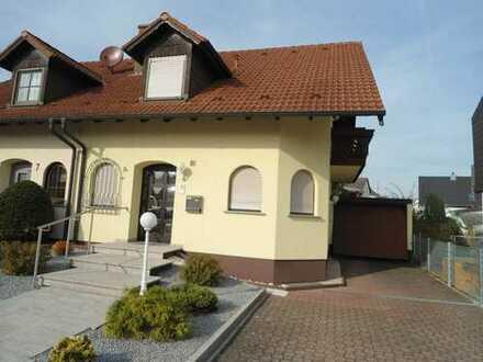 Schöne Doppelhaushälfte in guter Lage mit Garage und Garten